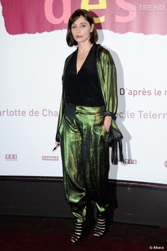 """Emmanuelle Béart s'offre une apparition mode audacieuse avec un ensemble irisé façon scarabée pour l'avant-première de """"Les Yeux Jaunes des Crocodiles""""."""