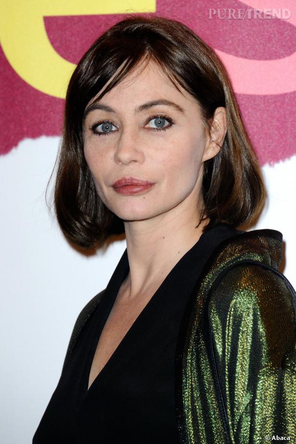 Emmanuelle Béart mise sur un maquillage plutôt discret, avec du khôl pour souligner son regard et un rouge à lèvres vieux rose.
