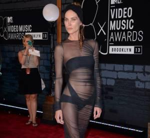 Erin Wasson sexy dévoile sa lingerie en transparence