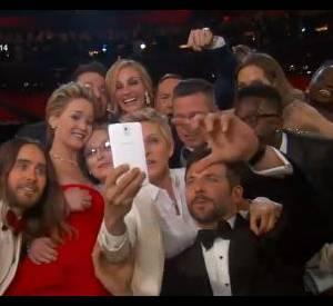 Ellen DeGeneres a aussi utilisé son téléphone samsung pour capturer un selfie déjà culte, le soir des oscars.
