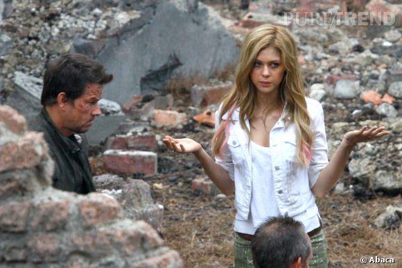 """Nicola Peltz aux côtés de Mark Wahlberg dans """"Transformers 4""""."""