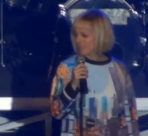 """Alizée chante """"Blonde"""" au Calais Live le 13 avril 2014."""