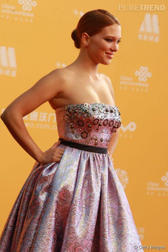 Léa Seydoux, grâce et prestance dans une robe Miu Miu étourdissante par son côté pop et bling-bling, le 16 avril 2014 au Festival du film de Beijing.
