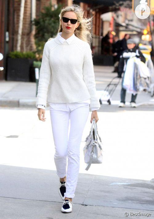 Karolina Krukova ose le total blanc à New York le 16 avril 2014.