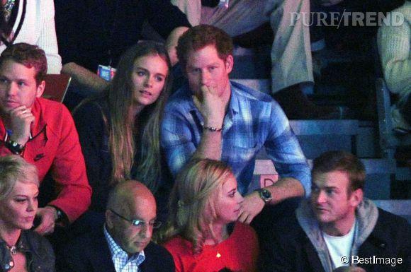 Cressida Bonas se pose sur l'épaule de son amoureux le Prince Harry, le 7 mars 2014 à Londres.