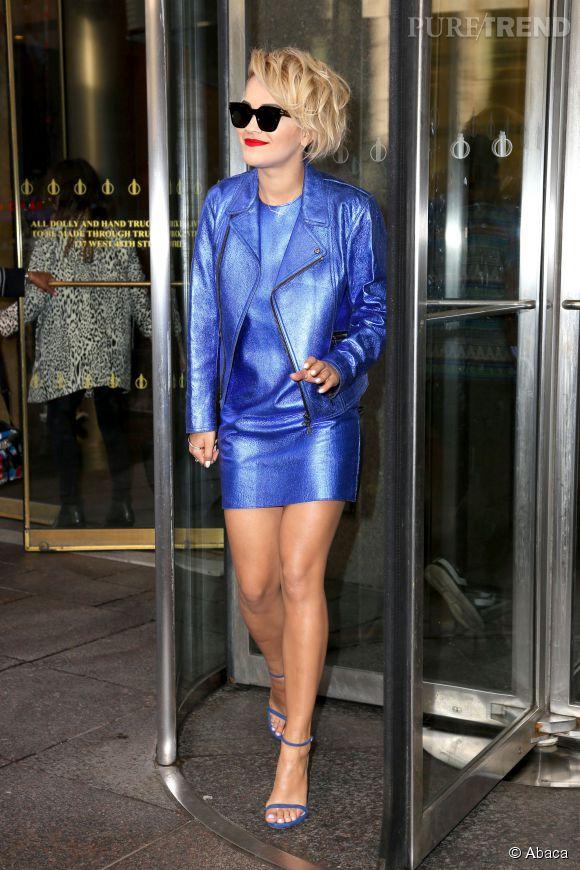 Rita Ora sort des studios de Sirius XM Radio à New-York, dans une tenue bleue électrique le 21 avril 2014.