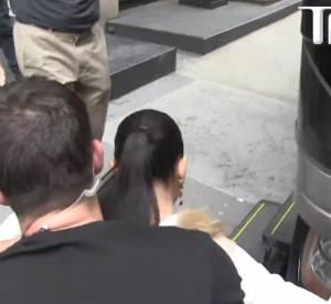Adriana Lima se cogne à un rétroviseur de bus lors du tournage d'un spot publicitaire ce mardi 6 mai 2014 dans les rues de New York.