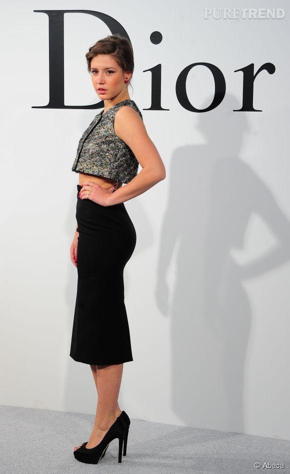 Adèle Exarchopoulos dans un ensemble jupe et cropped top, lors du défilé Croisière 2015 Christian Dior qui s'est déroulé à New-York le 7 mai 2014.