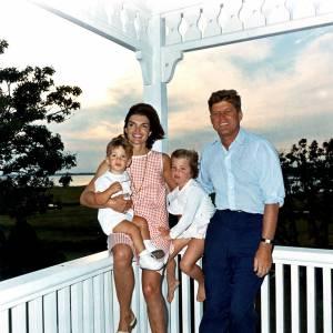 Jackie Kennedy, John Kennedy et leurs enfants en 1963.