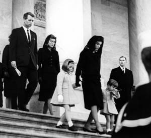 Jackie Kennedy et ses enfants en novembre 1963 lors des obsèques de John Kennedy.