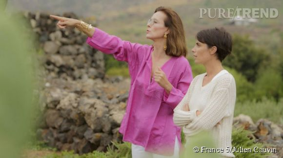 """Carole Bouquet et Alessandra Sublet dans """"Fais-moi une place"""", émission diffusée sur France 5 en décembre 2013."""