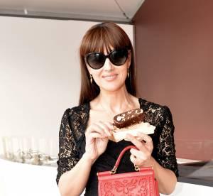 Monica Bellucci : un instant de gourmandise sur la plage Magnum de Cannes