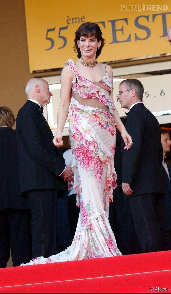 Le flop traîne : Plus proche du rideau fleuri que de la traîne chic, la robe de Sandra Bullock au 55ème Festival de Cannes ne convainc pas.