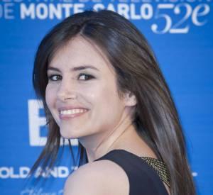 Louise Monot passe du blanc au noir pendant le Festival de Monte-Carlo 2013.