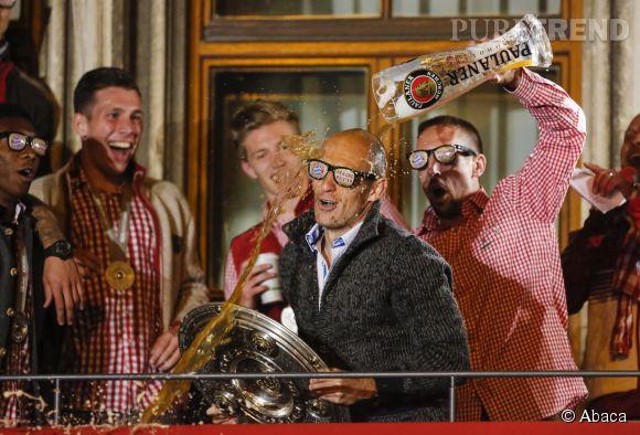 """Franck Ribéry le dit lui même, """" Je suis quelqu'un que j'aime beaucoup rigoler, que j'aime blaguer """". Ici il renverse une pinte de bière sur la tête de son coéquipier Arjen Robben."""