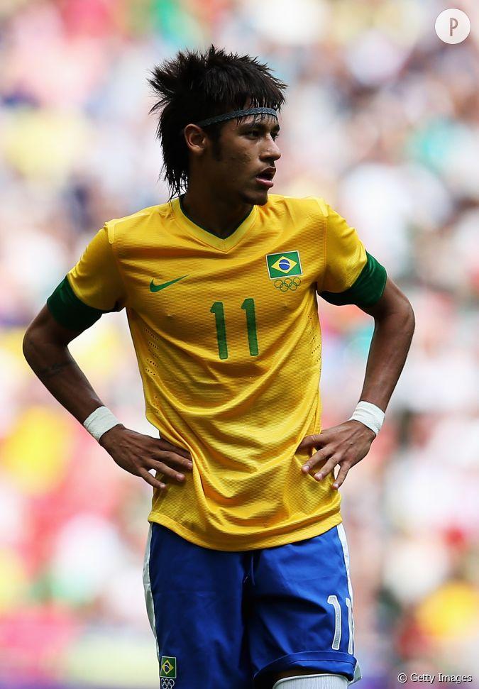 Neymar retour au tout brun et cheveux longs en 2012 for Neymar 2014 coupe de cheveux