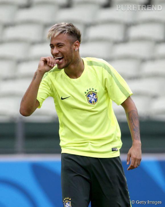 Neymar, le beau Brésilien passe au blond avant le match Brésil-Mexique de ce Mondial 2014.