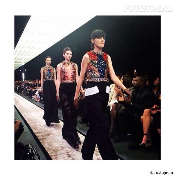 Kendall Jenner défile pour Givenchy lors de la Fashion Week Automne-Hiver 2014/2015. Kanye West, son désormais beau-frère, était en front row pour l'encourager.