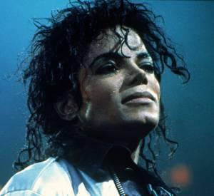 Lorsqu'il a sorti l'album Bad, ses traits étaient encore plus féminins qu'avant, mais la dépigmentation de sa peau est uniquement dû la maladie de Michael Jackson : le vitiligo.