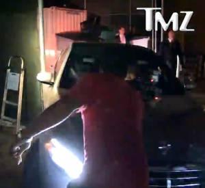 Alors qu'elle était en train de partir, la voiture de Jennifer Aniston a percuté le portail.