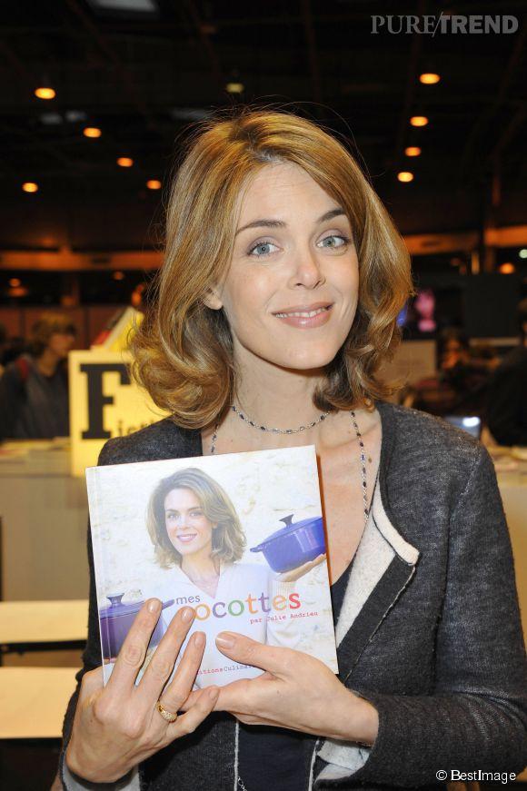 Julie Andrieu au salon du livre 2012 pour faire signer un de ses ouvrages.