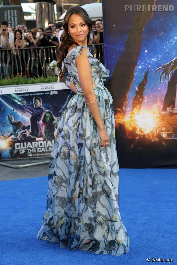 Zoe Saldana affiche sans complexes son babybump sur le tapis rouge de l'avant-première du film Les Gardiens de la galaxie, à Londres jeudi 24 juillet 2014.