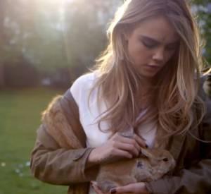 """""""Behind the Scene"""" de la campagne Automne-Hiver 2014/2015 Topshop avec Cara Delevingne et Bunny, un petit lapin à croquer."""