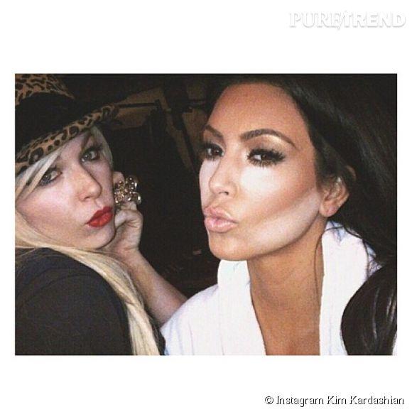 Kim Kardashian est accro aux beauty looks ultra travaillés et au contouring.