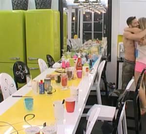 Pour l'anniversaire de Steph, Sara le câline et lui, il caresse le dos de Leila... Happy Birthday !