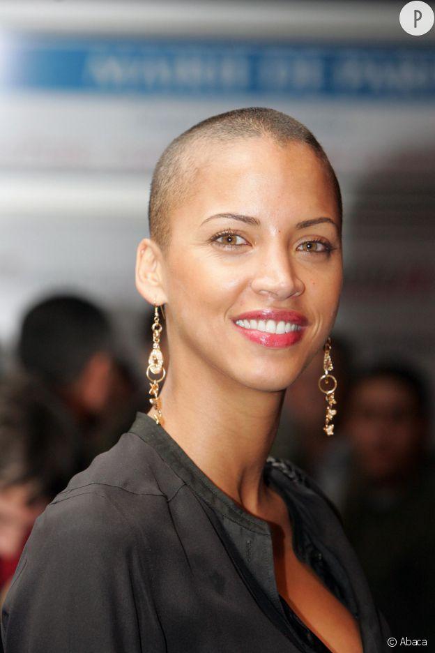 Noémie Lenoir change radicalement de style en 2006 et opte pour le crâne rasé.