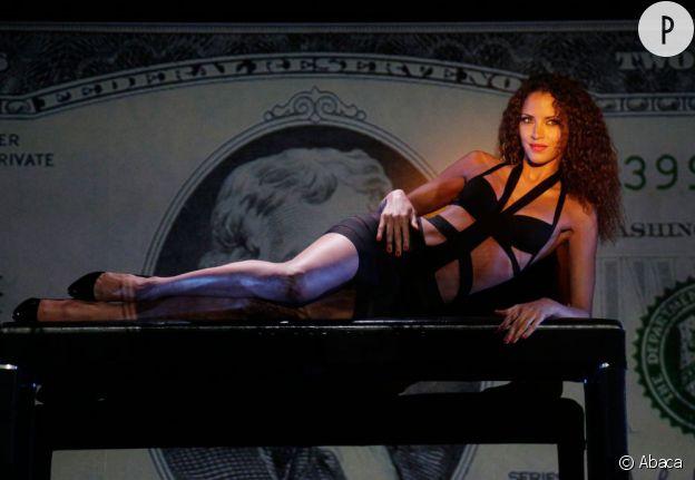 Noémie Lenoir en pleine répétition pour son show sexy au Crazy Horse de Paris.
