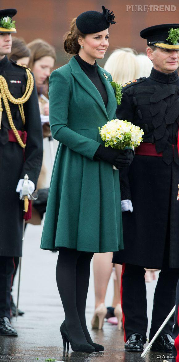 En mars 2013, Kate Middleton accompagnée du prince William, rend visite au premier bataillon irlandais de la Garde au Mons Barracks, à Aldershot.