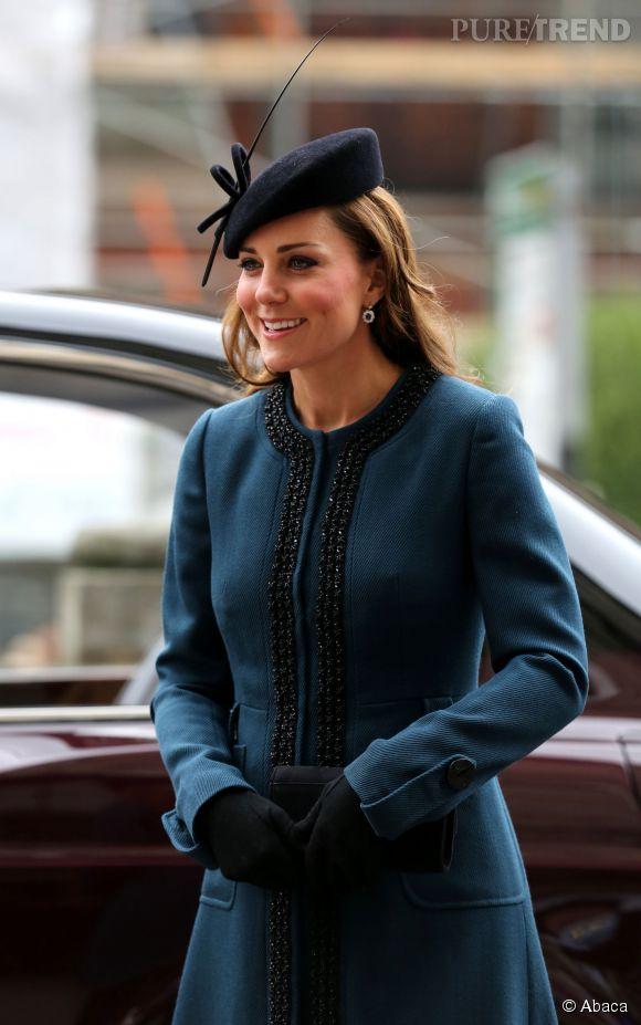 Avec son manteau bleu canard foncé et ses bordures noires, Kate Middleton est encore une fois superbe. Et surtout : petit baby bump à l'horizon !