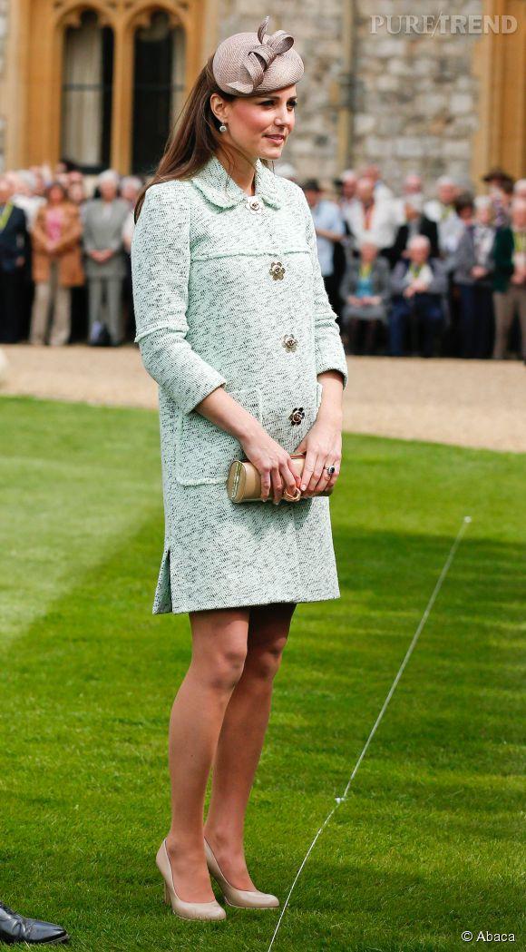 Lors de la revue nationale des Queen's Scouts au chateau de Windsor le 21 avril 2013, Kate Middleton met en valeur son ventre rond avec un manteau vert pastel très élégant.