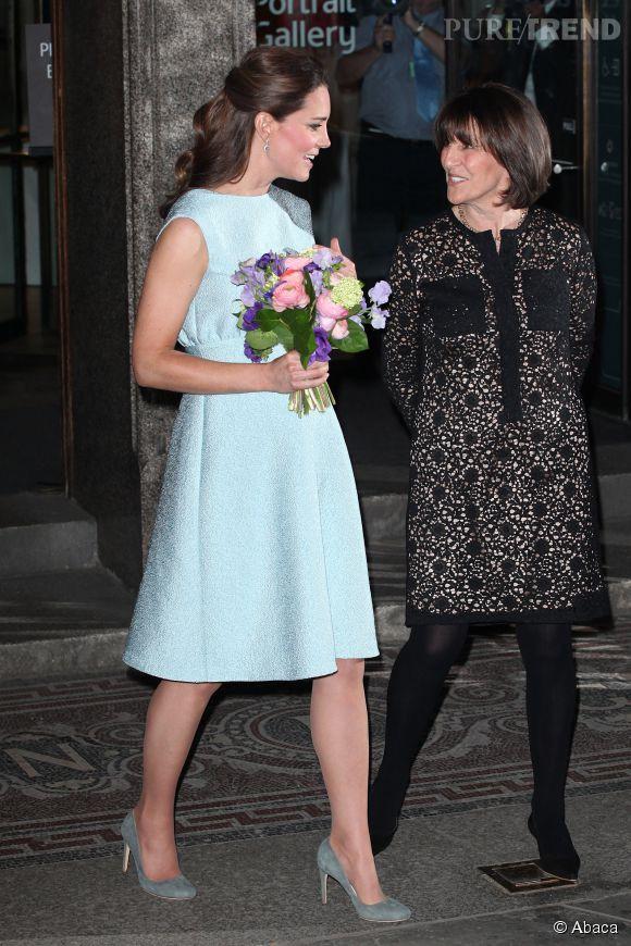 """Le pastel, la nuance de ton préférée de Kate Middleton. Comme ici avec cette robe bleu pastel, lors de sa visite à la """"National Portrait Gallery"""" de Londres, le 24 avril 2013."""