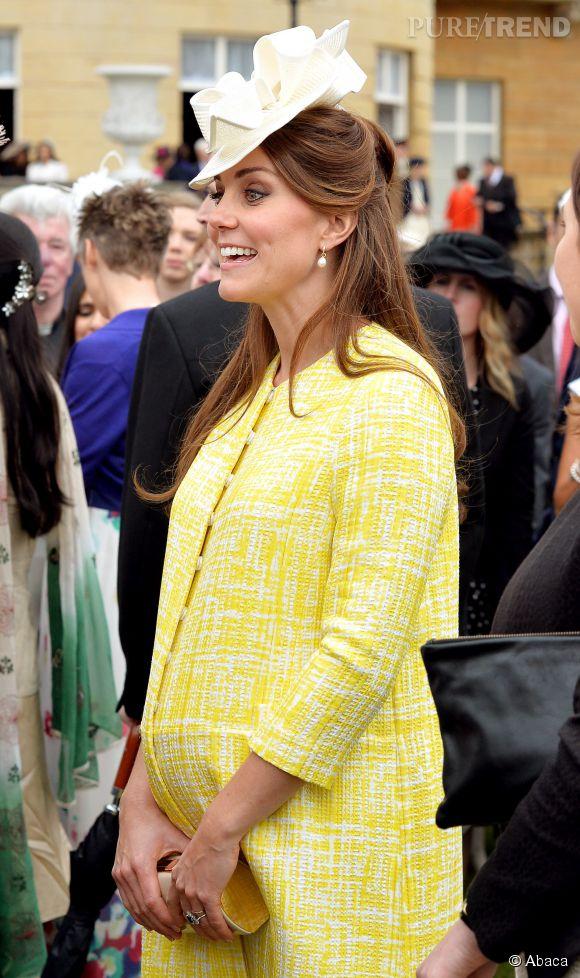 Lors de la Garden Party de Buckingham Palace le 22 mai 2013, Kate Middleton affiche joyeusement son ventre rond dans dans un joli manteau jaune poussin.