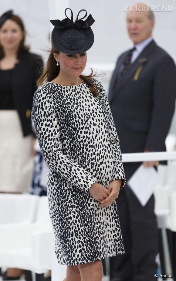 """Kate Middleton et sa robe féline lors de l'inauguration du """"Royal Princess"""" (un bateau de croisière) à Southampton en Angleterre, le 13 juin 2013."""