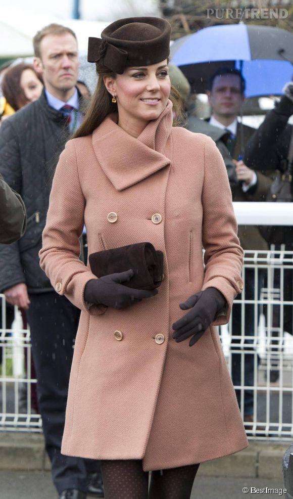 Kate Middleton, bien couverte lors du festival de Cheltenham, le 15 mars 2013.