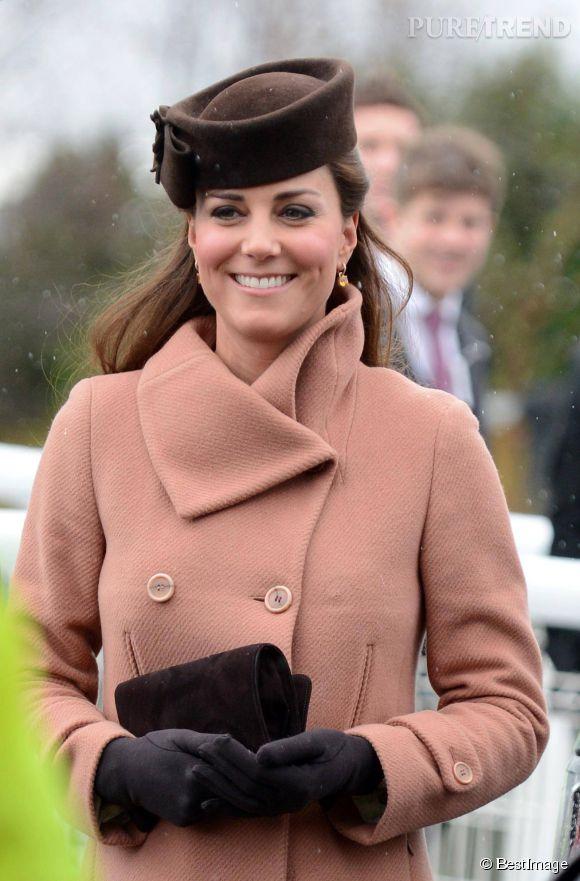 Kate Middleton fait un sans-faute avec son manteau couleur beige saumoné et son chapeau marron.
