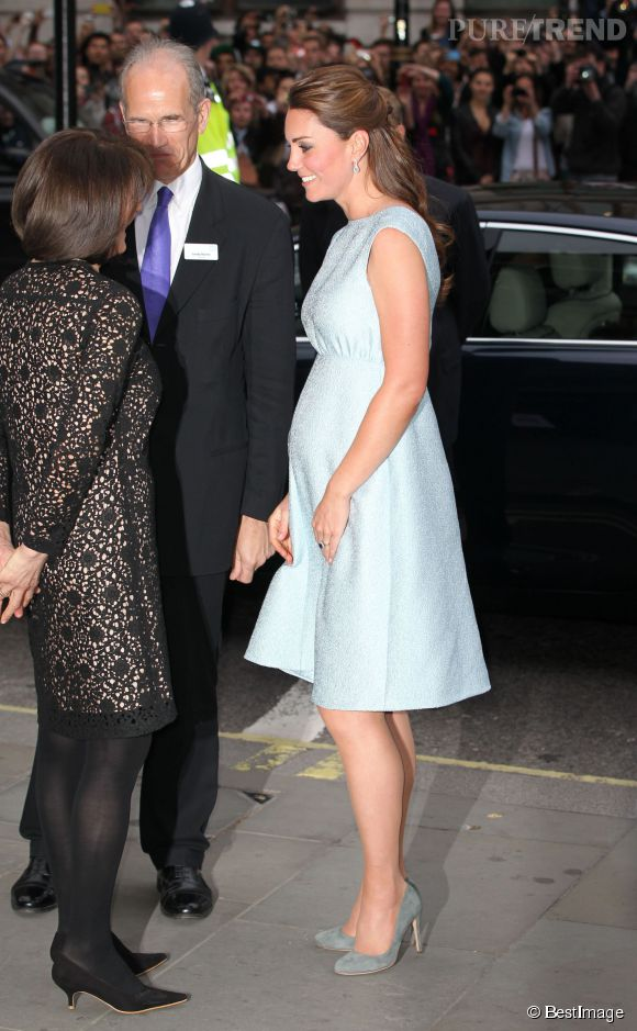 Kate Middleton affiche son ventre rond en avril 2013.