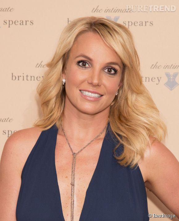 Sourire forcé et sans soutien-gorge, Britney Spears ne laisse personne indifférent