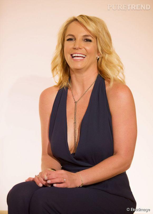 Britney se bidonne, elle a oublié de mettre un soutien-gorge ! Une chose est sûre : elle réussira à faire parler de son défilé grâce à ça.