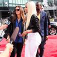"Nicki Minaj mise sur le pantalon blanc et ça marche pour la finale de ""American Idol"" en 2013."