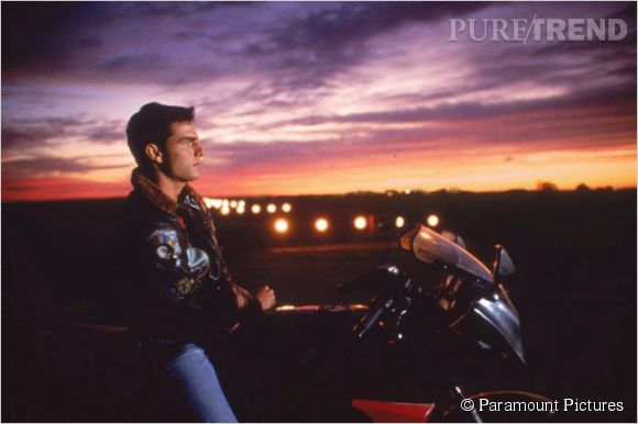 """Une piste de décollage, un pilote sur sa moto sur fond de coucher de soleil. """"Top Gun"""", un film resté dans les annales."""