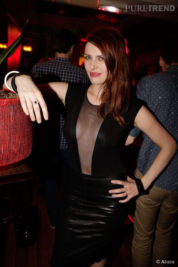 Elodie Frégé, la bombe rousse ultra sexy récidive lors d'une soirée avec un décolleté de folie.