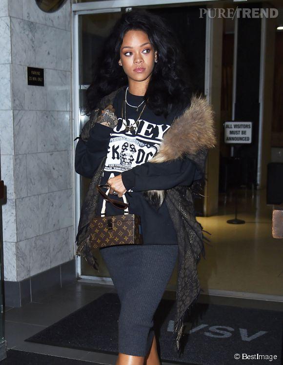 Rihanna ose mixer le style streetwear et le style chic de la fourrure, un pari réussi !