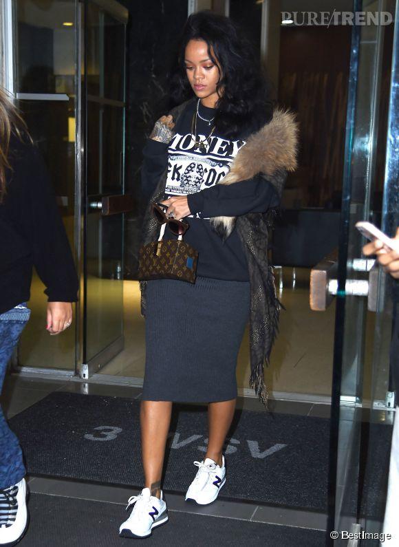 Rihanna en baskets avec une jupe... Dangereux mais plutôt cool sur la chanteuse !
