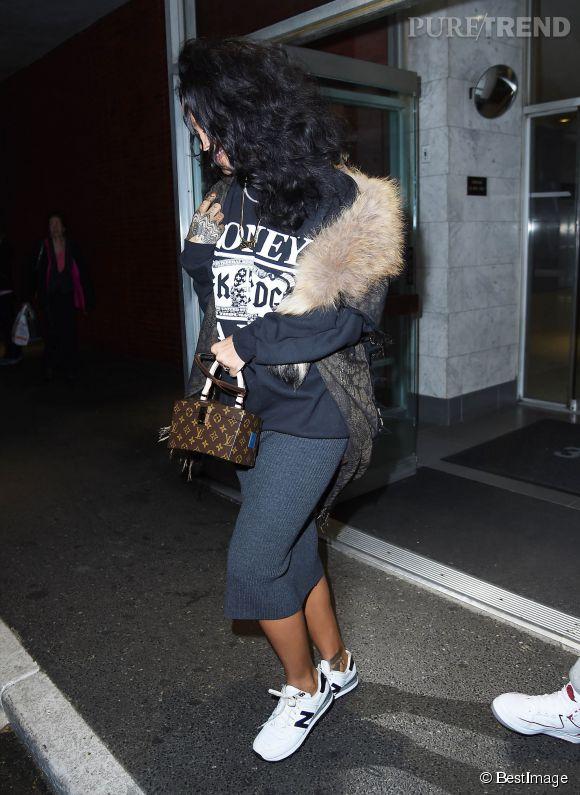 Rihanna sait mieux que personne jouer avec les tendances et ose accumuler les pièces de dressings différents. Cool !