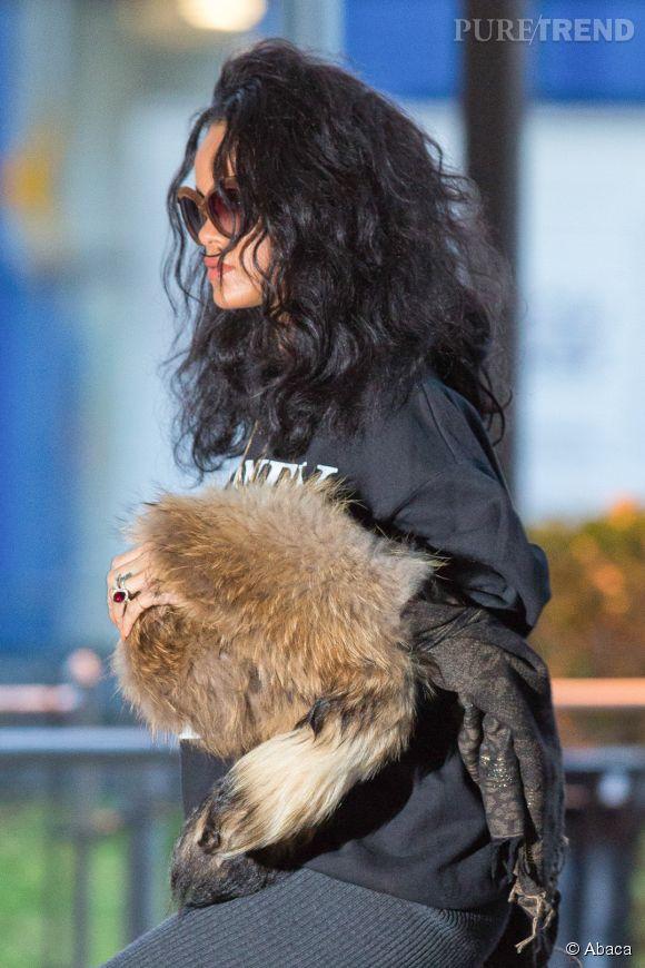 Rihanna en sweat et fourrure dans les rues de New York : le look street chic à son summum !
