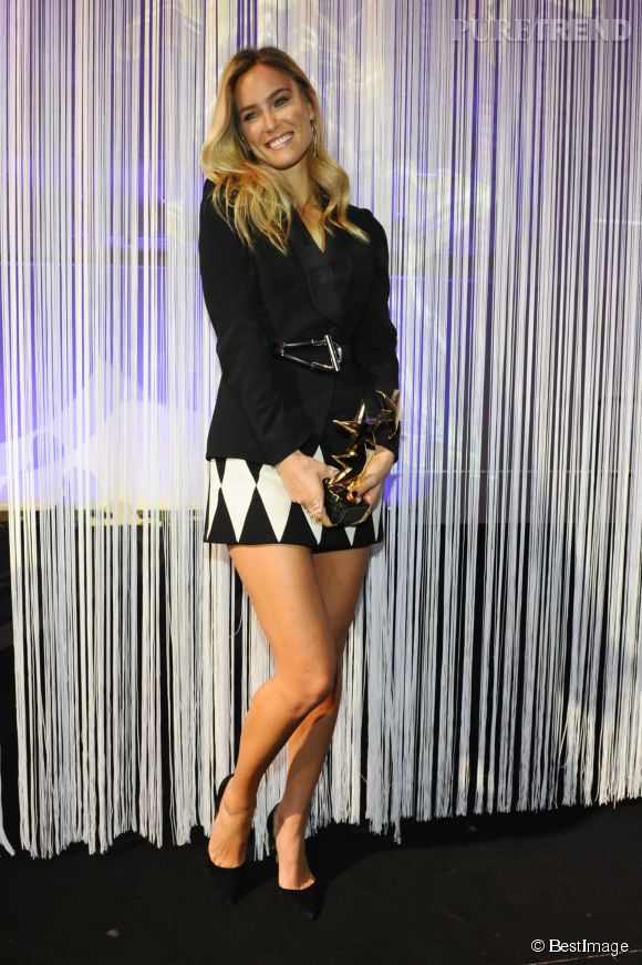 Bar Refaeli, mini jupe sexy pour les Intouche Awards 2014.